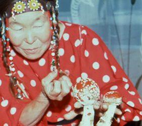 Šamanė apsirengus kaip musmirė